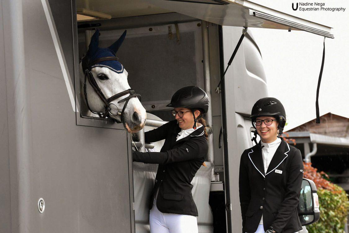 Two girls with grey mare on the lorry / Dos ninas con yegua gris en el trailer